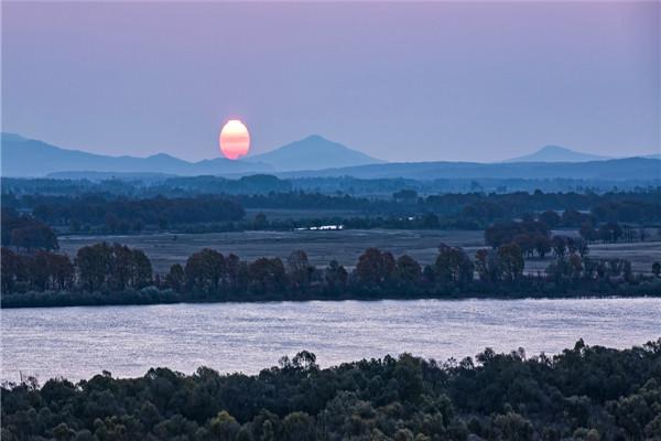 摄影:张成义  作品名:《湿地日出》              拍摄地点:双鸭山市饶河南湖湿地