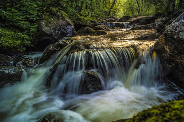 摄影:双协会  作品名:《清泉石上流》            拍摄地点:双鸭山市集贤石海瀑布